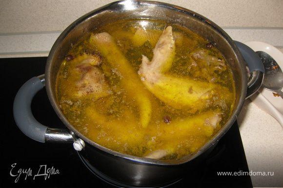 Подготовить бульон - отварить курицу, добавить лавровый лист и парочку горошин душистого перца, немного посолить и проварить еще минут 10... Очистить картофель.