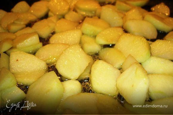 Яблоко очищаем и нарезаем небольшими кусочками. Распускаем масло на сковороде и всыпаем сахар. Через 1-2 минуты добавляем яблоко. Помешивая готовим на сильном огне 5 минут.