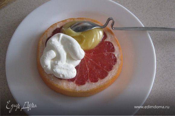 Грейпфрут порезать кольцами. Сверху выложить ложку сметанки и ложечку меда. И ВСЁ! Завтрак готов.