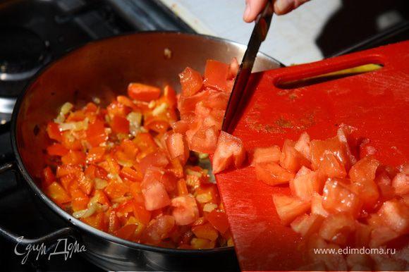 Мелко нарезать лук, красный острый перчик, чеснок. Помидор ошпарить, снять кожицу, изъять семена, нарезать квадратиками. Сладкий перец подготовить (почистить изнутри) и нарезать кубиками. На сковороде немного обжарить лук, чеснок, острый перчик. Добавить сладкий перец и через 5 минут помидоры.