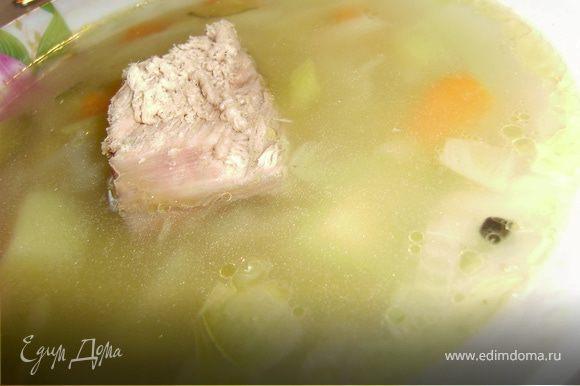 Из бульона вынуть мясо и нарезать небольшими кусочками и подавать его уже в готовый рассольник в тарелочку...В бульон выкладываем нарезанный картофельи варим до полуготовности, добавляем нашинкованную капусту и спасированные лук, морковь и огурчики.. Варим на умеренном огне примерно 10-15 минут... И вливаем пол стакана рассола... Солим, перчим и добавляем лавровый лист.. Еще 2 минуты и рассольник готов... Подаем к столу с кусочком мяса и кто любит с зеленью...