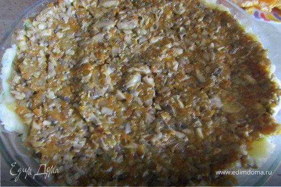 На пюре выложить обжаренные грибы с луком и морковью.