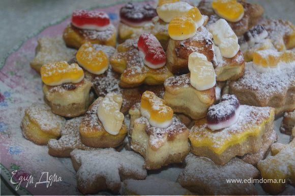 Готовое печенье посыпать сахарной пудрой, на печенье с вареньем выложить мармелад. Приятного аппетита!!!!