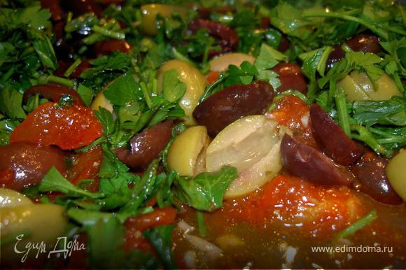 С помидоров снять кожицуи нарезать мякоть. Маслины нарезать тонкими колечками. Зелень порубить. Перец нарезать тонкими полосками вдоль и потушить в 1 ст. л. масла. Добавить помидоры и тушить 8 минут. Чеснок измельчить. Добавить в сковороду маслины , чеснок, базилик, соль и перец.