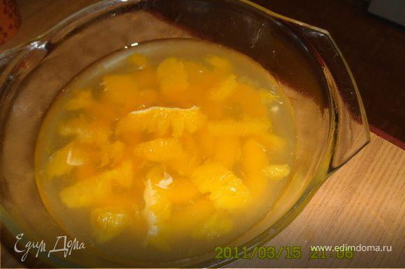 Когда застынет масса,достать из холодильника,подлить еще и опять убрать. Желатиновую смесь поделить пополам, в одну половину влить сок апельсина.На застывшую массу выложить апельсины и вылить желатиново-апельсиновую смесь - поставить застывать