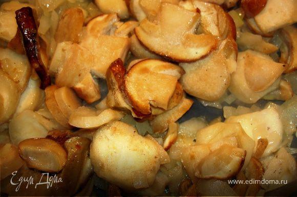 Не размораживая добавить грибы. Когда грибы дадут сок, выпарить его помешивая. Грибочки как бы покроются красивой глазурью.