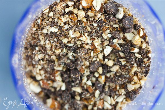 Сахар и 125 г предварительно размягченного сливочного масла растереть до консистенции светлого крема, ввести по одному желтки, затем вмешать орехи с шоколадом.