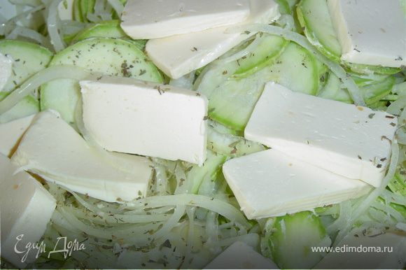 К луково-кабачковой смеси добавляем плавленный сыр,растительное масло, аккуратно перемешиваем и ставим на медленный огонь, постоянно перемешивая, до тех пор,пока сыр полностью расплавится.