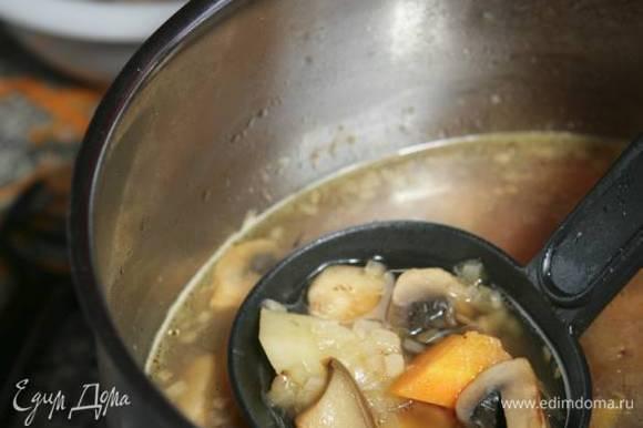 Добавить грибы и варить еще 20 минут на слабом огне. Посолить и поперчить по вкусу.