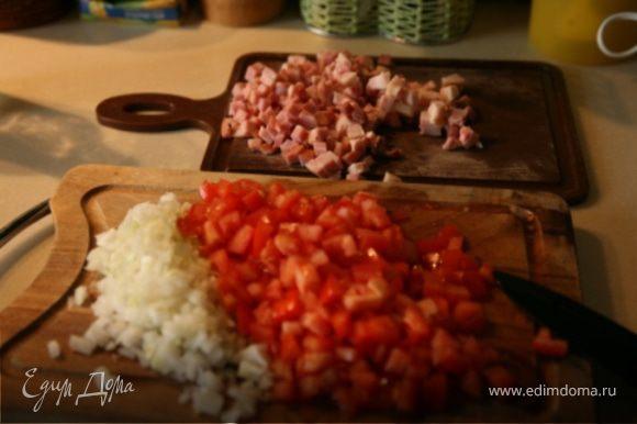 Сало,ветчину и помидоры нарезать небольшими кусочками,лук очистить и измельчить.