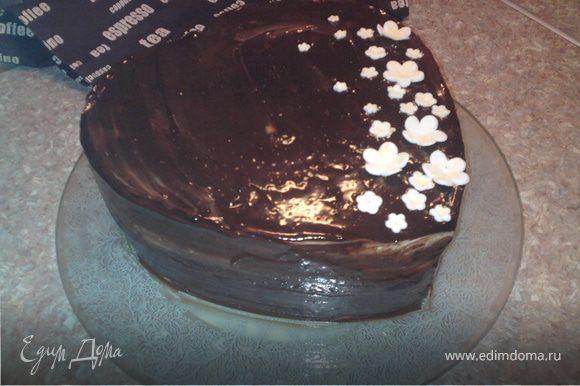 Приготовить глазурь: шоколад с маслом растопить на водяной бане. Выровнять торт. Покрыть глазурью.