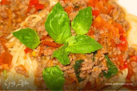 Подавать к макаронам или спагетти, посыпать дополнительно листьями базилика, или использовать соус в других рецептах. Хранить сроком до 3-4 дней в холодильнике (или 3 месяцев в морозильнике).