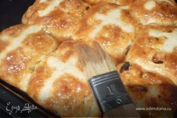 ГЛАЗУРЬ: воду, сахар и специи довести до кипения и варить 1-2 минуты на меленьком огне. Снять и смазать горячие булочки (в форме) глазурью. Остужать булочки на решетке.