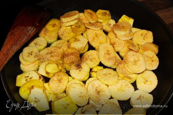 Солим, перчим наши бананы по-вкусу и выкладываем в блюдо.