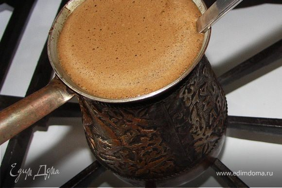 Варим крепкий кофе на молоке.