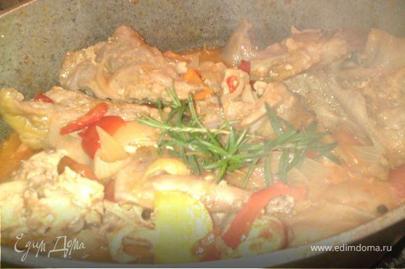 Когда мясо хорошо протушилось в томате, добавить соль, перец, розмарин.