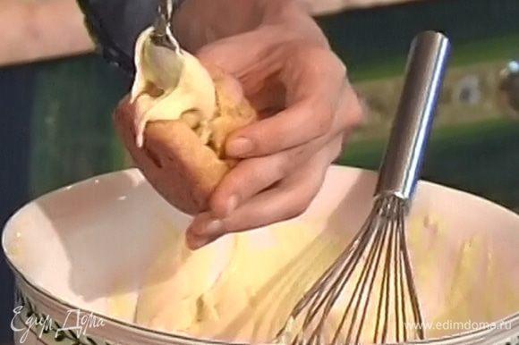 Вынуть эклеры из духовки. Дать остыть и наполнить кремом.