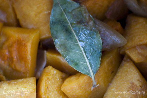 Залить тыкву горячим бульоном, посолить, поперчить, добавить лавровый лист и варить до готовности тыквы минут 25−30.