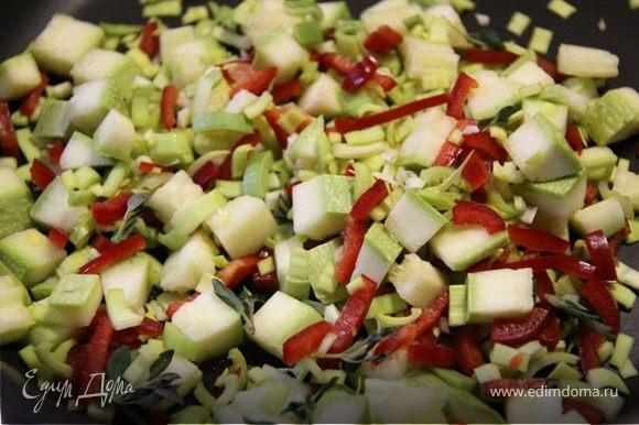 1. Рубим на небольшие кусочки кабачок, сладкий перец, чеснок и порей. Обжариваем на медленном огне в небольшом кол-ве оливкового масла не не более 3-4 минут.