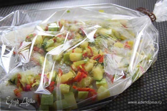 3. В пакет добавляем овощи и закрываем.