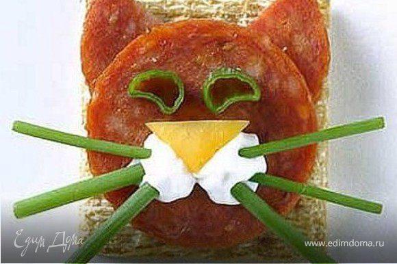 хлеб, зеленый лук, сыр, колбаса, плавленый сыр или густая сметана