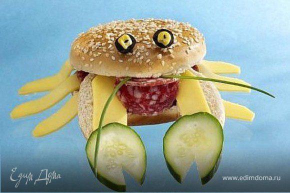 булочка для гамбургера, огурец, сыр, колбаса, зеленый лук, маслина