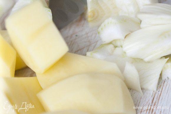 Картофель почистить и крупно нарезать. Фенхель тоже крупно нарезать и отваривать вместе с картофелем в кипящей воде 5−7 минут.