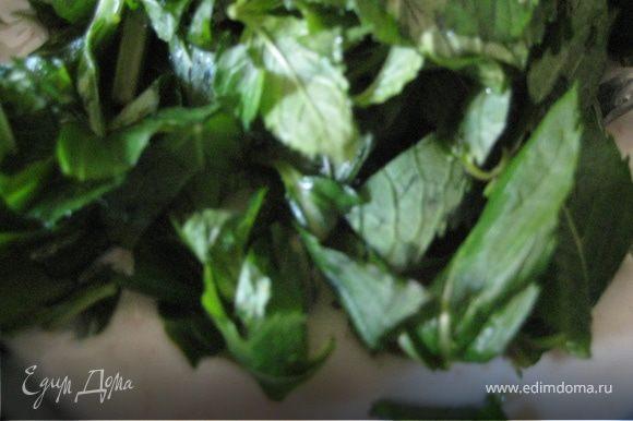 Сбить венчиком йогурт, соль, сахар и листья мяты в миске. Затем добавить нарезанные бананы.