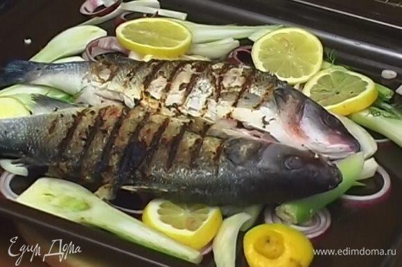 Разогреть сковороду-гриль и обжаривать рыбу с каждой стороны по 5 минут.