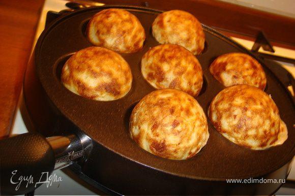 """Сырные пончики. Молоко подогреть, в небольшом количестве растворить дрожжи, затем ввести оставшееся молоко, просеянную муку, яйцо и соль. Накрыть пленкой и поставить в теплое место на 1 час. Для пряного масла смешать лимонный сок, травы и размягченное сливочное масло. Отставить в сторону, пока будут готовиться пончики. В подошедшее тесто добавить тертый сыр и 40гр растопленного масла, дать еще не много подойти. Выпекать на смазанной сливочным маслом сковороде с двух сторон до золотистого цвета. Подавать с пряным маслом. Особенно хороши эти пончики с помидорками """"Черри""""."""