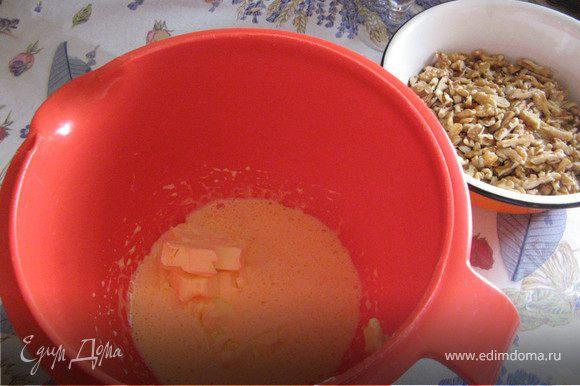 Выкладываем из холодильника все 500 г. масла, чтобы оно стало пластично-мягким. Отделяем желтки от белков, белки убираем в холодильник. Взбиваем желтки с 2 ст.л. сахарного песка, добавляем 100 г. масла, взбиваем вновь