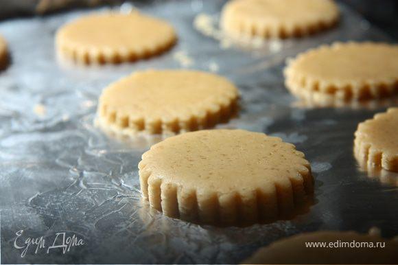 Раскатать тесто, вырезать пряники. Разогреть духовку до 180 С и выпекать 10-15 минут.