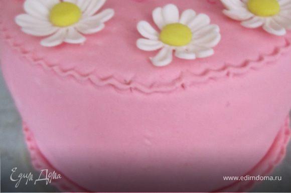Достать из холодильника, выровнять торт, масляным кремом. Покрыть сверху мастикой. Или все упростить и покрыть сверху кремом, или же залить шоколадной глазурью (50 гр.шоколада+50 гр.масла, все растопить).