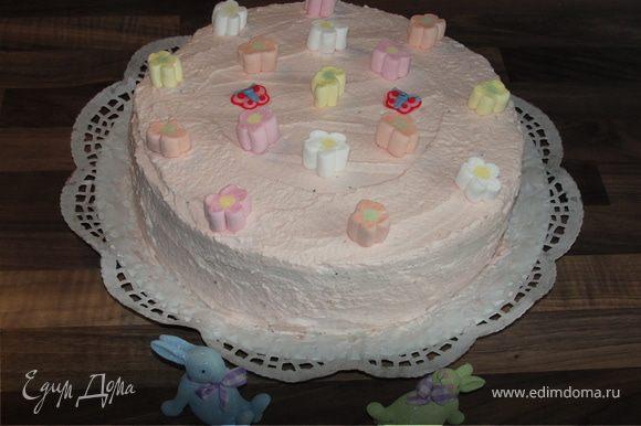 После этого взбиваем оставшиеся сливки (400 мл) и 4 ст.л. сахарной пудры до пены. В конце добавляем несколько капель сока по-вкусу. Главное по-капелке и тщательно взбивать после этого. Крем готов. Смазываем обильно лопаткой наш торт сверху и по-бокам. Украшаем по-вкусу. Охлаждаем торт примерно 2 часа. Приятного чаепития!!!