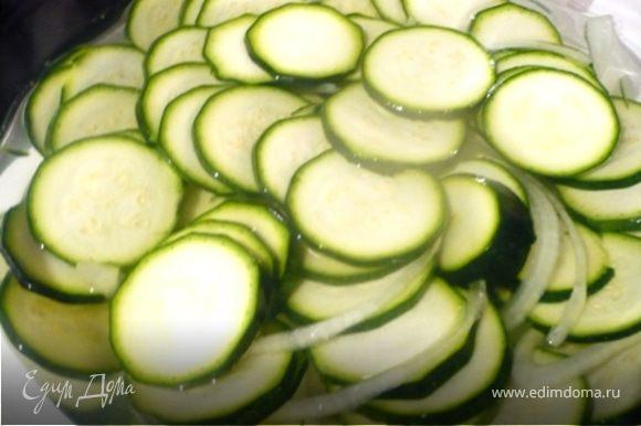 Цукини и лук сложить в стеклянную посуда, посыпать солью и залить 250 мл. холодной воды из холодильника. Перемешать, чтобы соль растворилась и оставить на 1 час, пока цукини не размякнут.