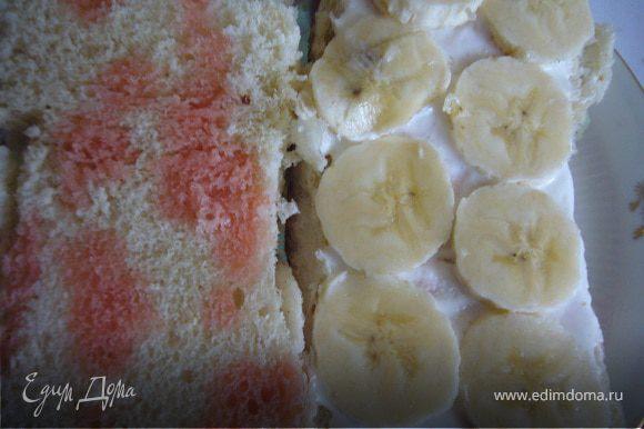 Разрезать бисквит на 3 коржа. Сбрызнуть фруктовым сиропом или вареньем. Смазать сливками кружочки банана.