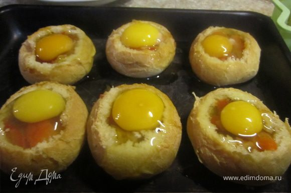 В каждую булочку положить ложку томатной смеси и вбить яйцо. Поставить в разогретую духовку, в режиме гриль, на 5-10 минут(я ставила на 10 что яйца хорошо зажарились)