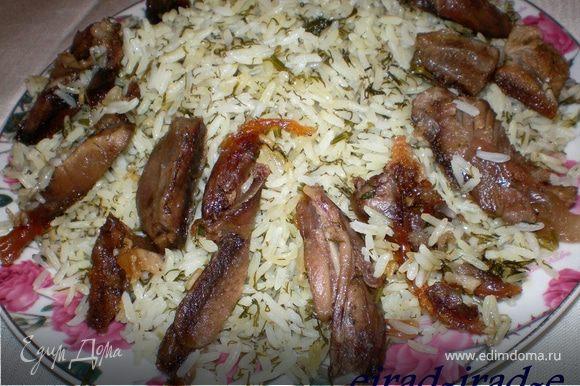 Плов подается в большом специальном блюдце для плова . Сперва в блюдца кладется рис, по краям мясо,
