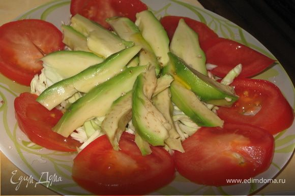 Выкладываем авокадо, посыпаем перцом, солью , немного лимонного сока и оливкового масла
