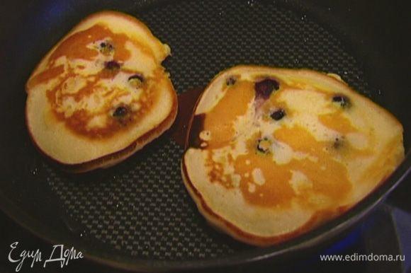 Разогреть в тяжелой сковороде растительное масло и испечь оладьи.
