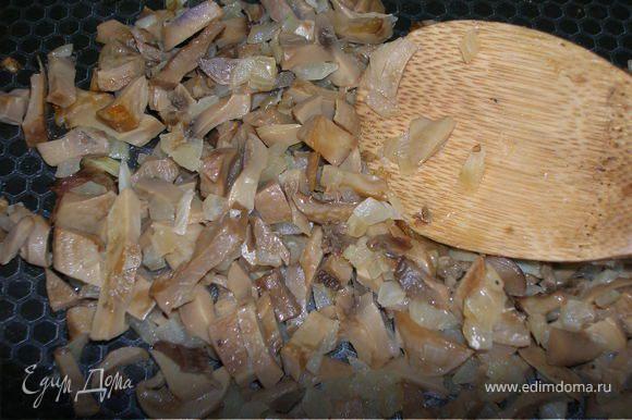 Приготовить две начинки. 1-я: на растительном масле спассеровать лук до золотистого цвета, добавить шампиньоны, немного воды и потушить до готовности под крышкой. Если грибы консервированные, солить необязательно. В конце готовки к шампиньонам добавить 3 треугольничка плавленого сыра и прогреть, перемешивая, до полного растворения сыра.