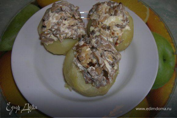 Теплый картофель очищаем от кожуры, надрезаем (часть мякоти срезать и немного добавить к томатной начинке). Заполняем разной начинкой. С грибами...