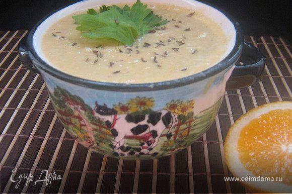 Подавать суп горячим, посыпав тмином и украсив листиком сельдерея.Очень вкусный супчик,апельсин и сельдерей придают супу интересную,пикантную нотку.Рекомендую!