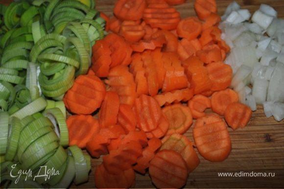 Лук порезать кубиками, морковь и порей кружечками