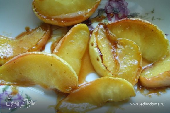 Пока готовится утка, займемся яблоками. Растопим сливочное масло на сковороде, добавим мед. На сильном огне обжарим в этой глазури яблоки. Когда яблоки будут почти готовы - плеснем немного коньяка, выпарим, - один вариант готов. Второй вариант еще проще - на сковороду плеснем бальзамический уксус и потушим в нем дольки яблок. Сверху немного присыпать свежемолотым черным перцем. Готово!