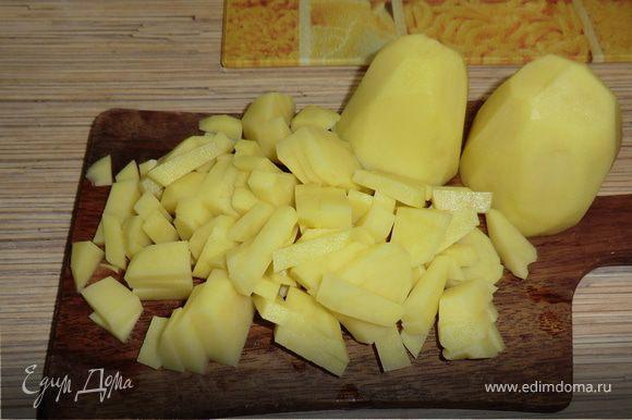 в кастрюльку наливаем воду и ставим на огонь солим картофель режем кубиками и опускаем в кипящую воду