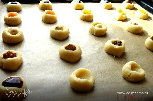 Разделить тесто на 2-3 части,каждую скатать в жгут d 1,5-2 см и нарезать на кусочки,шириной 1,5-2 см.Выложить на противень,застеленный бумагой для выпечки.Каждое печеньице вдавить по середине большим пальцем.В образовавшуюся выемку положить начинку.Вариантов начинки множество:джем,повидло,подсушенная ореховая крошка с мёдом,сухофрукты и т.д.Поскольку печенье выпекается довольно долго,сухофрукты лучше предварительно хорошо вымочить.Выпекать при t 160*С до готовности(ок. 30 мин).
