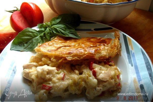 Для куриной начинки обжарить порезанные лук,чеснок,сельдерей и перец.Добавить кусочки курицы.Чуть потушить,посолить,поперчить,положить тимьян и базилик.Выложить начинку в жаропрочную форму,залить соусом,накрыть тестом,запечь в духовом шкафу.Подавать с салатом из свежих овощей.Приятного аппетита!