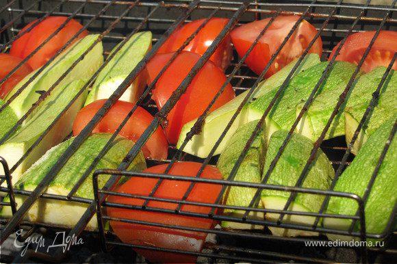 К курице отлично подойдут овощи-гриль, у меня под рукой оказались помидоры и кабачки. Я их порезала, выложила на решетку и посолила прямо на углях.