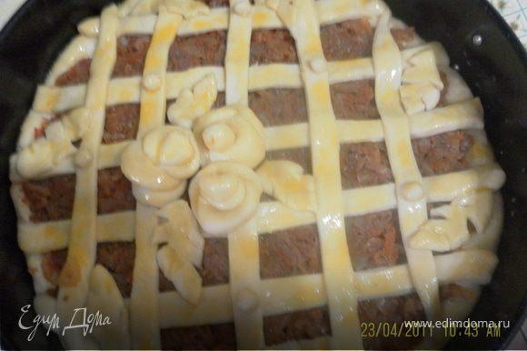 накроем салфеткой и отправим на расстойку,затем делим на несколько частей, в зависимости от величины формы , форму смазать маслом уложить пласт теста затем начинку любую,у меня капусная с мясом, другую чась раскатать в пласт нарезать лентами и крест накрест накрыть верх пирога,по желанию можно украсить,дать подойти и покрыв взбитым яйцом отправить в разогретую духовку
